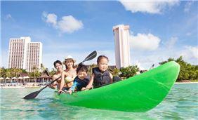 Насладитесь с семьей пляжем в Pacific Islands Club Гуам, Тумон