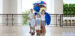 Талисман отеля PIC вдохновляет на сохранение на Гуаме зимородков